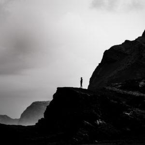 Mann auf einer Klippe an der Küste Portugals